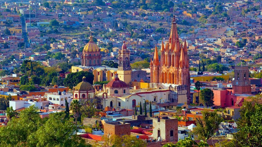 Centro histórico de San Miguel de Allende; tejados, torres y cúpulas. Toda una lección de arquitectura colonial mexicana. Jiuguang Wang