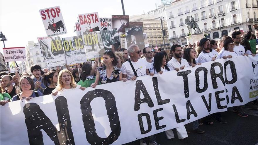 Participantes en la concentración contra la fiesta del Toro de la Vega y convocados por el Partido Animalista se manifestaron hoy en la Puerta del Sol de Madrid..