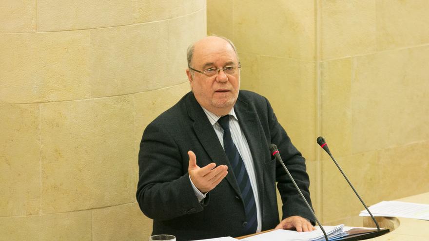 El consejero Juan José Sota durante el debate presupuestario en el Parlamento.   ROMÁN GARCÍA