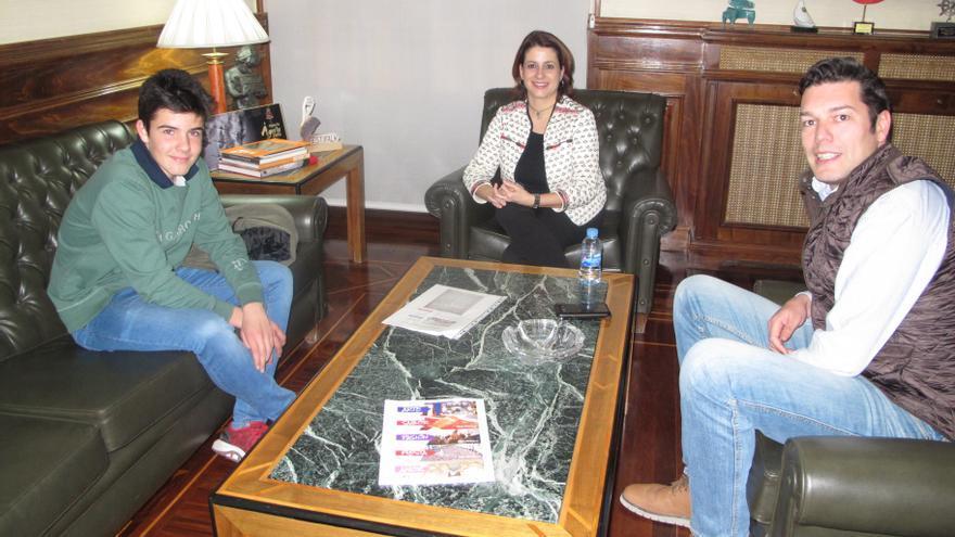 De izquierda a derecha, uno de los promotores; la alcaldesa de Teruel, Emma Buj y el concejal de Fiestas de Teruel, Javier Domingo