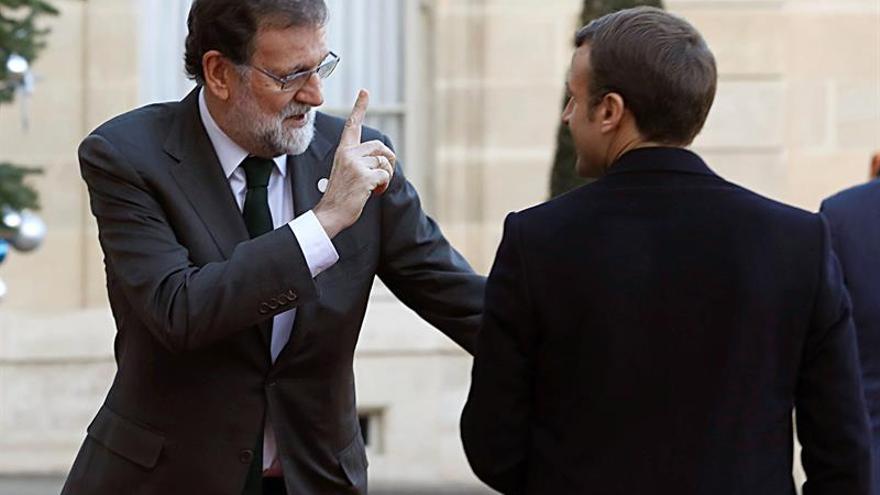 Mariano Rajoy saluda al presidente francés Emmanuel Macron.