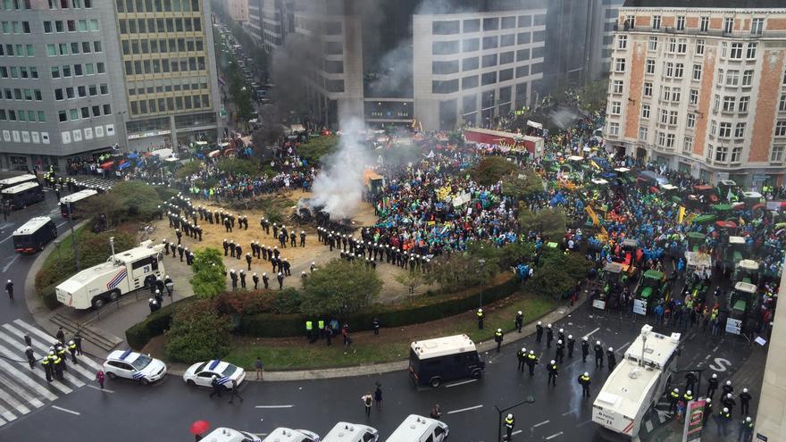 Los ganaderos y los antidisturbios se enfrenta en Bruselas en las protestas por el fin de la cuota láctea.