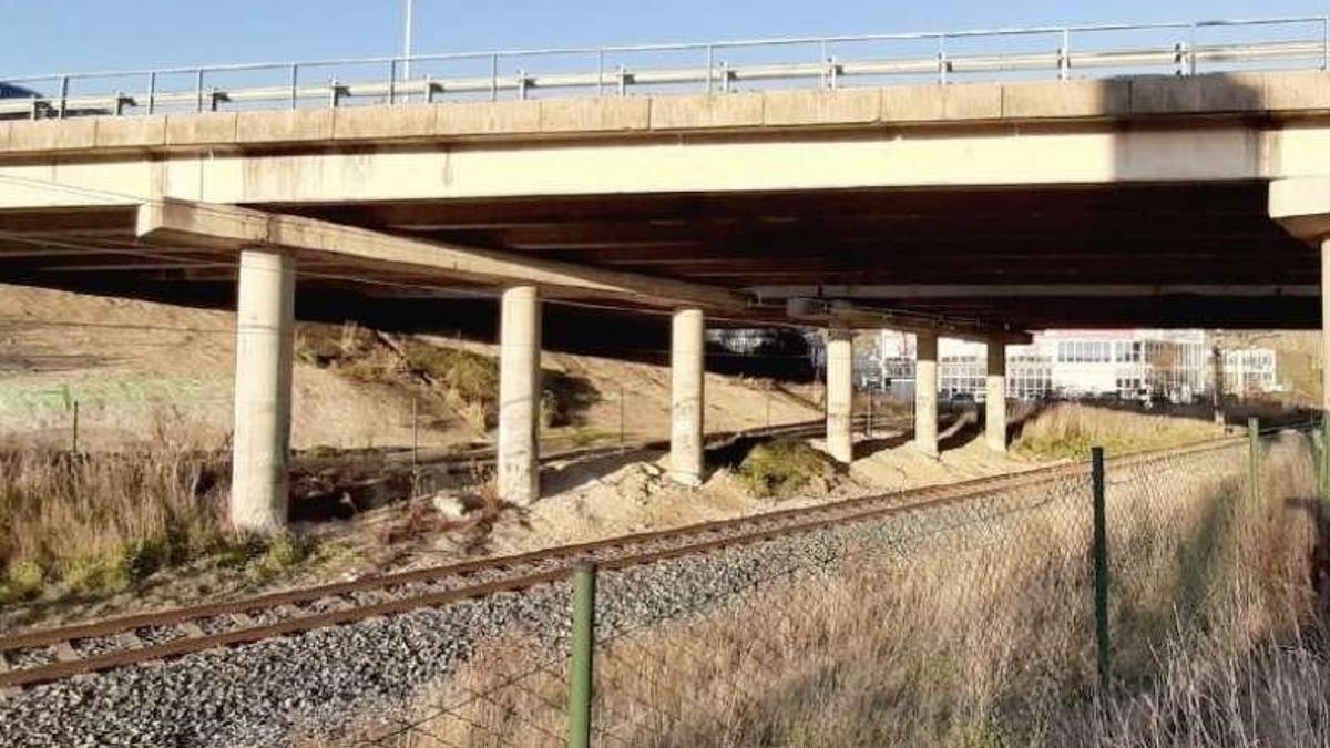 Puente de la PA-34 sobre las vías de ADIF en Berriozar