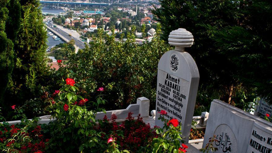 Tumbas en las colinas de Eyüp, frente al Cuerno de Oro (Estambul). VIAJAR AHORA