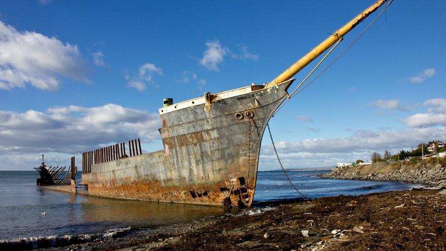 Barco varado en las playas cercanas a la ciudad de Punta Arenas, en el Estrecho de Magallanes. VIAJAR AHORA
