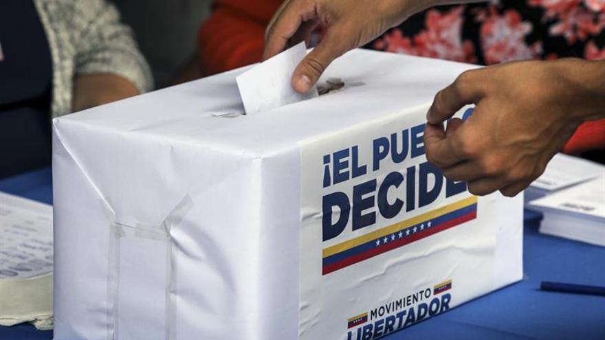 La oposición venezolana afirma que la participación en el plebiscito supera lo esperado