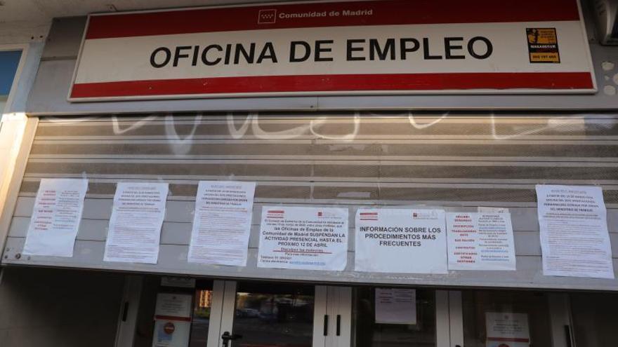 Carteles con diversos avisos en el cierre de una oficina de empleo en Madrid.