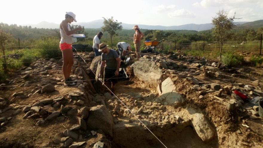 """Imágenes de la excavación de un dolmen dentro del proyecto arqueológico """"Pradocastaño"""""""