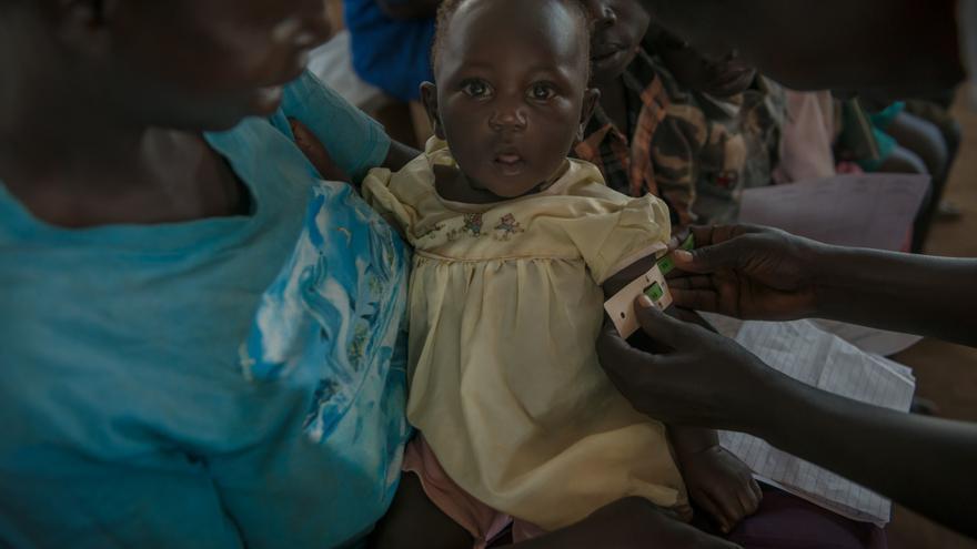 Equipos de MSF también examinan los niveles de desnutrición entre los niños menores de 5 años y tratan de detectar cualquier deterioro de la seguridad alimentaria en el campo. Fotografía: Yann Libessart/MSF