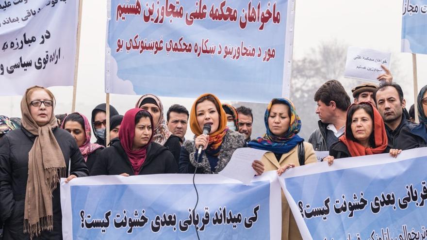 Manifestación en Kabul por organizaciones de la sociedad civil contra el abuso sexual de niñas y mujeres en Afganistán.