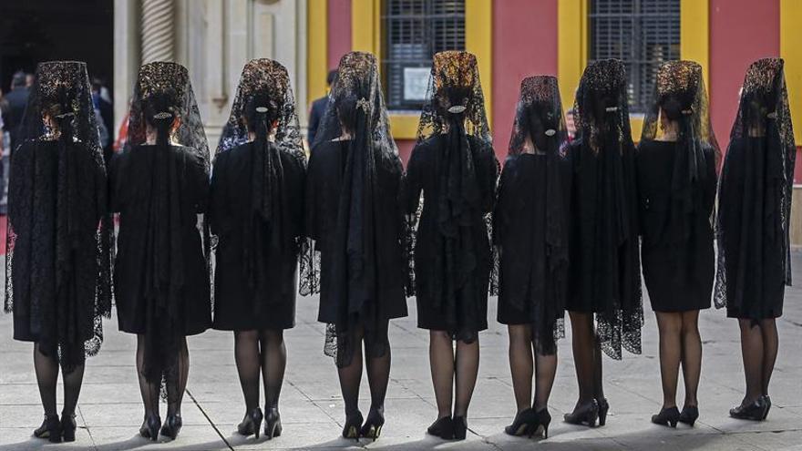 Las mantillas negras reviven en Sevilla una tradición previa a la Madrugá