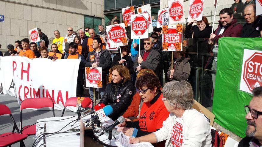 Concentración frente a los juzgados de Stop Desahucios Gipuzkoa acompañados de Ada Colau