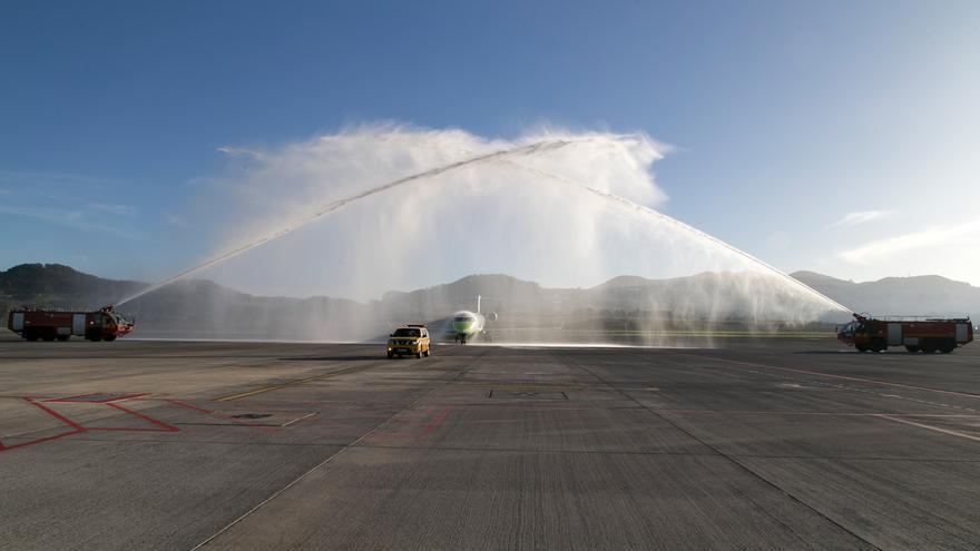 Arco de agua de los bomberos de Los Rodeos para celebrar el primer aterrizaje del nuevo vuelo