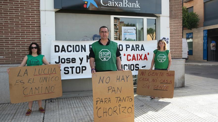 José y dos activistas con los carteles que tienen desplegados en la calle. / Marta Jara