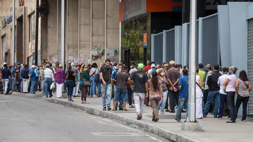 Un grupo de personas hacen fila en una calle el pasado 1 de junio del 2020 en Caracas (Venezuela).
