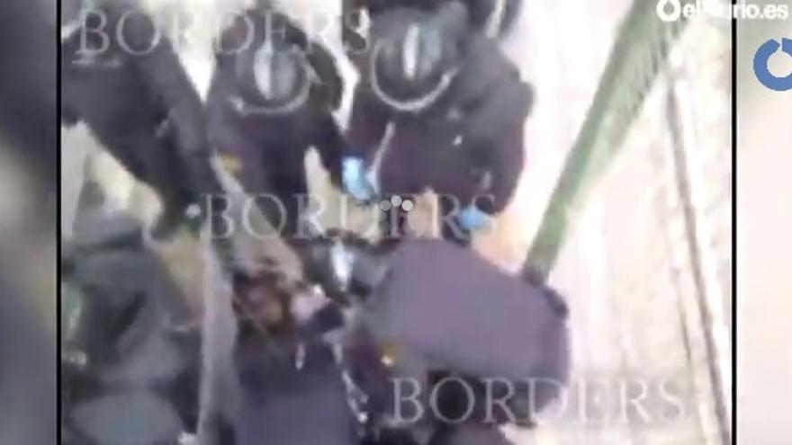 Fotograma del vídeo sobre la actuación policial captado por un inmigrante en lo alto de la valla de Melilla.