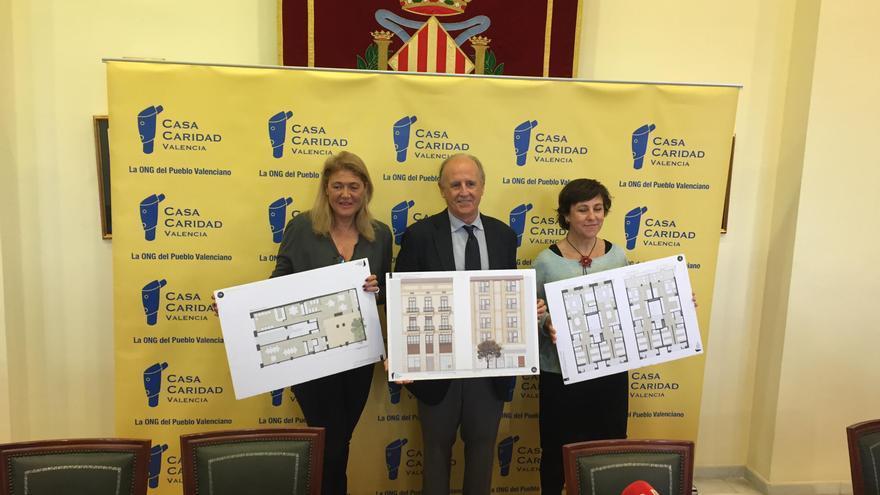 El presidente de Casa Caridad, Luis Miralles, presenta el proyecto junto a la la gerente, Guadalupe Ferrer (izquierda), y la responsable de Trabajo Social del Multicentro de Benicalap, Cristina Sánchez