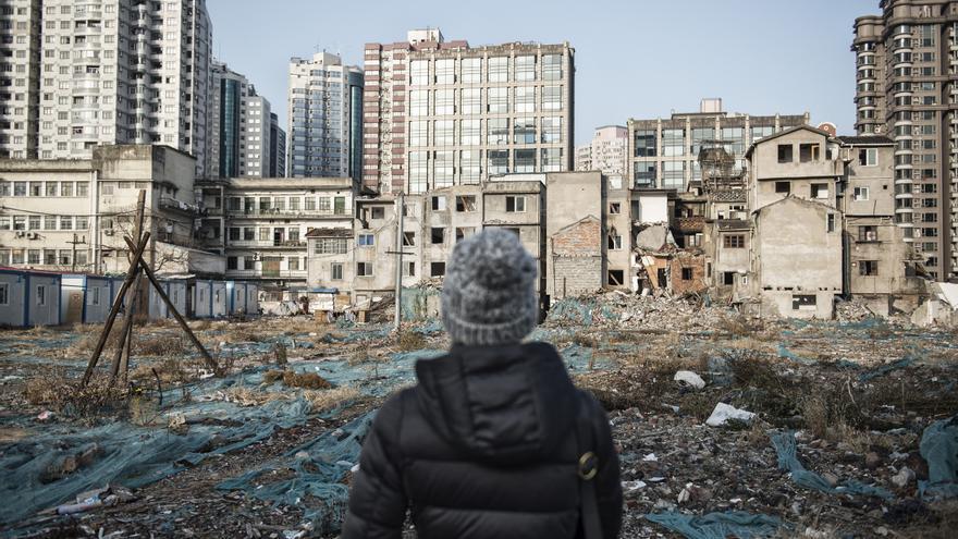 Solares llenos de cascotes y de pertenencias viejas en el centro de Shanghái.