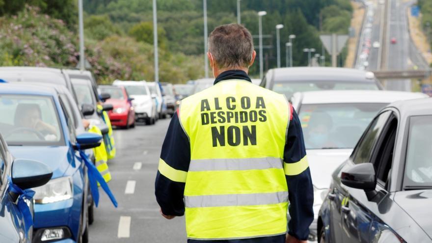Trabajadores de la factoría de Alcoa San Cibrao.