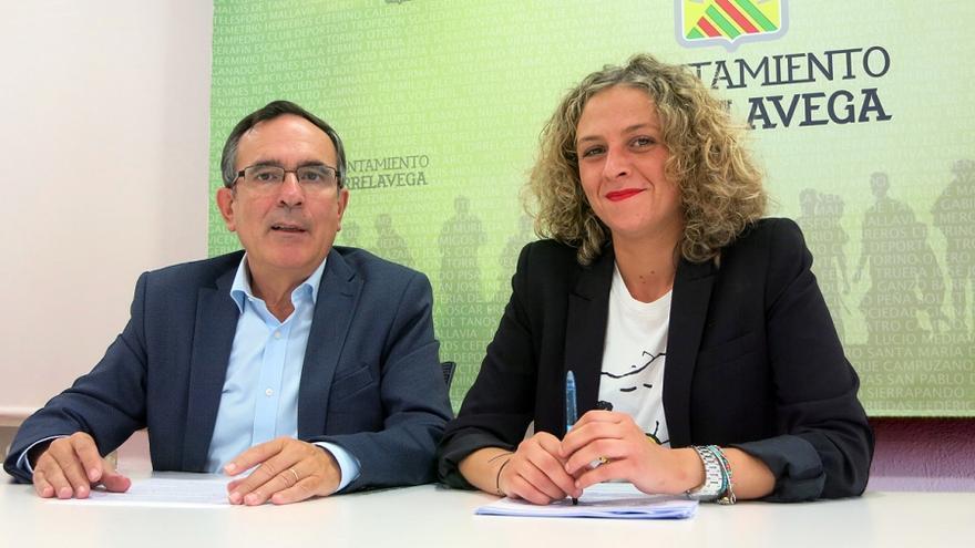 El alcalde de Torrelavega, José Manuel Cruz Viadero, junto con la concejala de Bienestar Social, Patricia Portilla