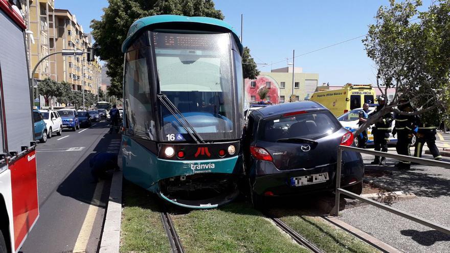 El morro del tranvía y el vehículo, en el accidente de la avenida Príncipes de España