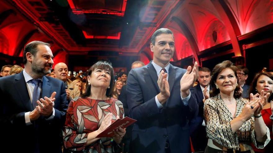 Pedro Sánchez, acompañado de la presidenta del PSOE, Cristina Narbona, la vicepresidenta, Carmen Calvo, y el ministro de Fomento, José Luis Ábalos.