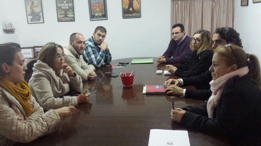 Miembros de la plataforma (dos a la izquierda) reunidos con representantes del PSOE  lepero este jueves.