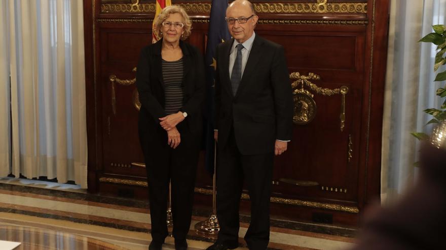 La alcaldesa de Madrid, Manuela Carmena, junto al ministro de Hacienda, Cristóbal Montoro.