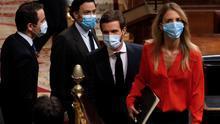 Pablo Casado, Cayetana Álvarez de Toledo y otros diputados del PP entran en el hemiciclo con sus mascarillas.