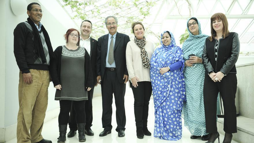 El ministro saharaui, en el centro de la imagen, junto a diputados de PRC, PSOE, Podemos y C's.