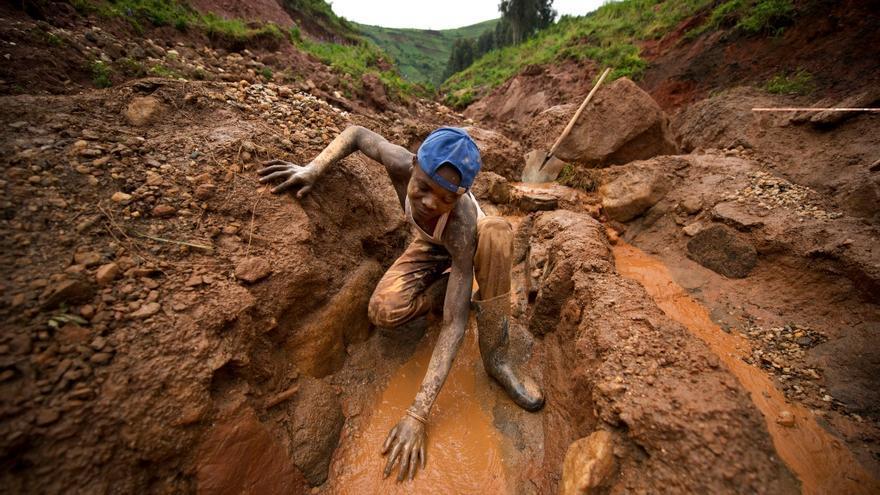 Trabajo de los mineros que extraen coltan del la mina de Senator Edouard Mwangachuchu en North Kivu (RDC). / Foto: Lucas Oleniuk (Efe)