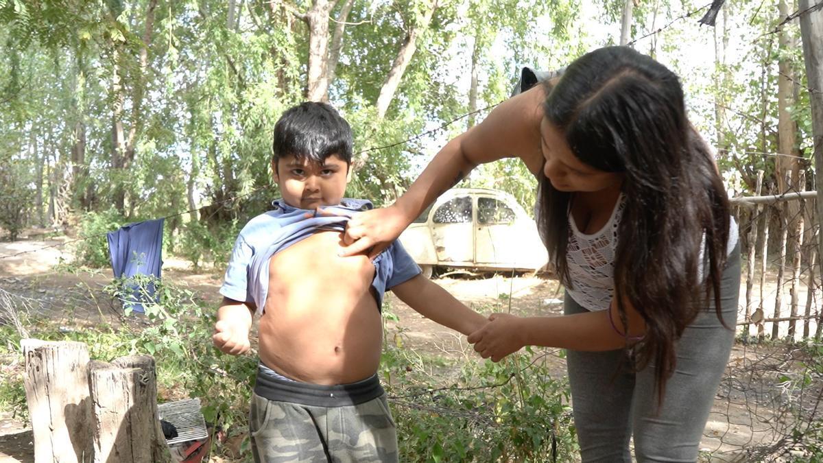Micaela Domínguez con su hijo.