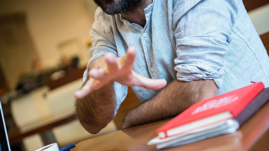 Detalle de la mano del diputado Benet Salellas, en un momento de la entrevista / SANDRA LÁZARO