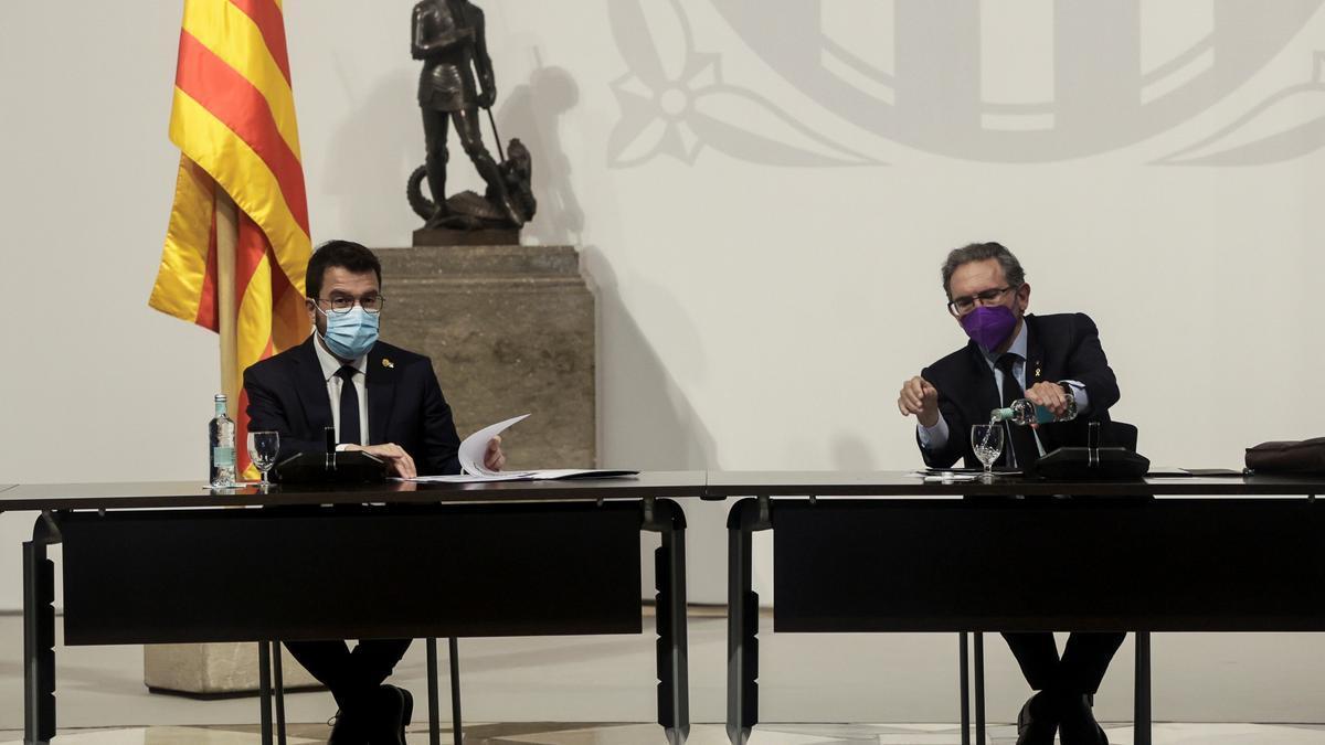 El presidente de la Generalitat, Pere Aragonès, presidió hoy junto al Conseller de Economía Jaume Giró (d), la primera reunión de la Comisión Interdepartamental de Govern para la Recuperación Económica y la Gobernanza de los Fondos Next Generation EU. EFE/ Quique Garcia