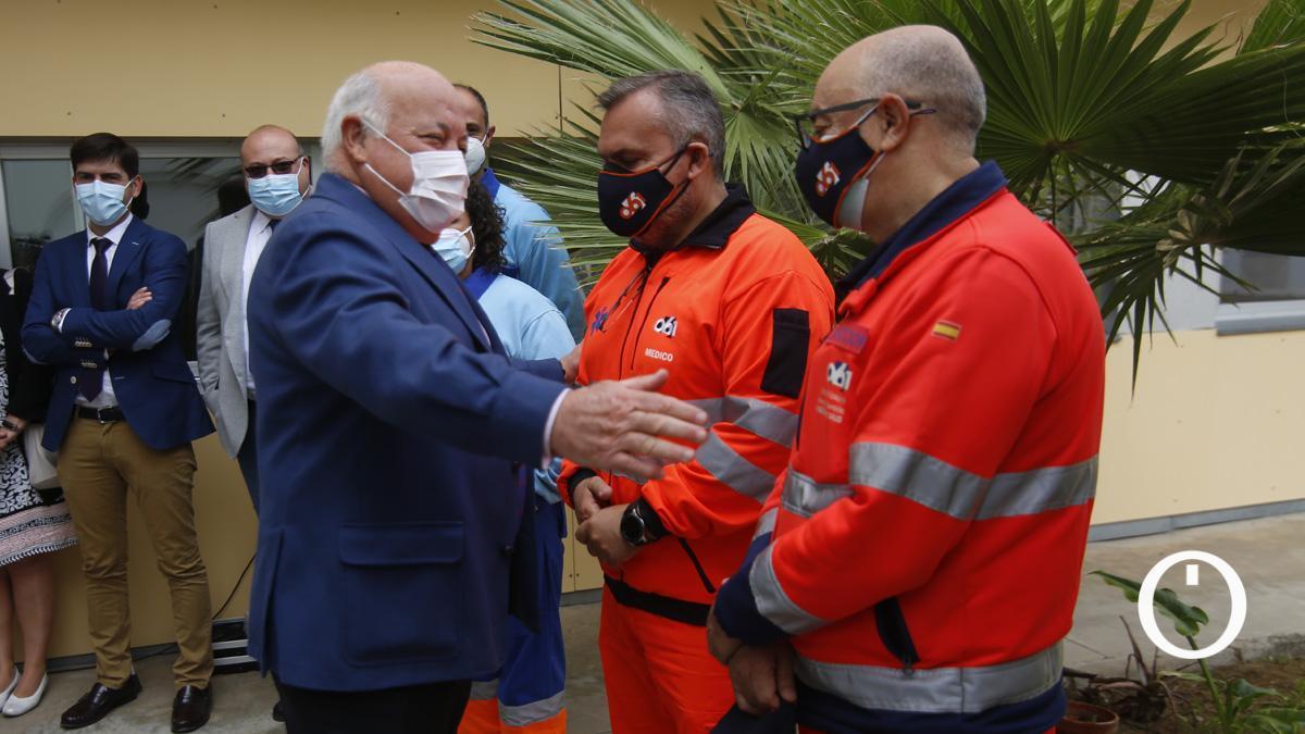 Jesús Aguirre con trabajadores del 061 de Córdoba.