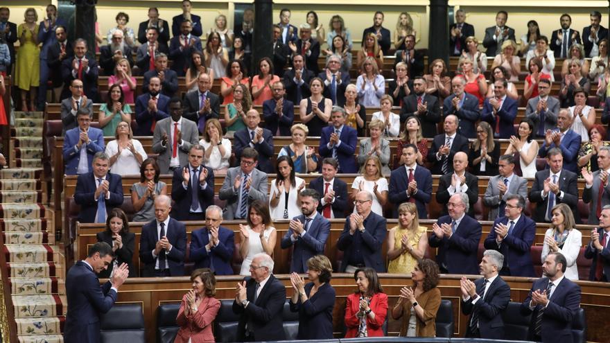 Los diputados socialistas aplauden a Sánchez en la sesión de investidura.