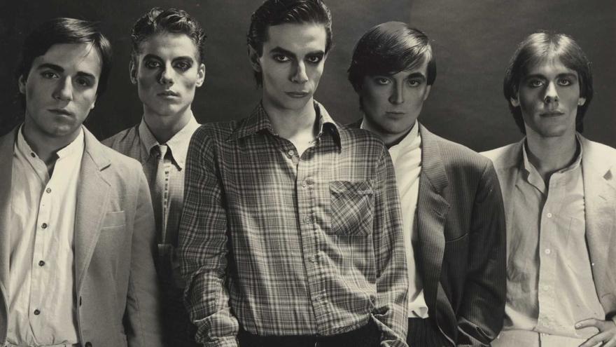 """Glamour. (De izquierda a derecha) Remi Carreres, José """"Nano"""" Payá, Luis Badenes, José Luis Macías y Adolfo Barberá. (Imagen extraída del libro)."""