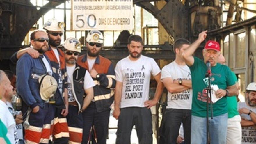 Mineros a las salida del pozo en Oviedo