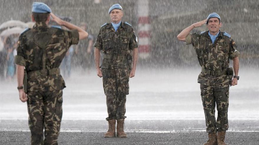 Acto de despedida en Las Palmas de Gran Canaria al contingente de la Brigada Líbano XXVII y que se ha visto interrumpido por una fuerte tromba de agua. EFE/Ángel Medina G.