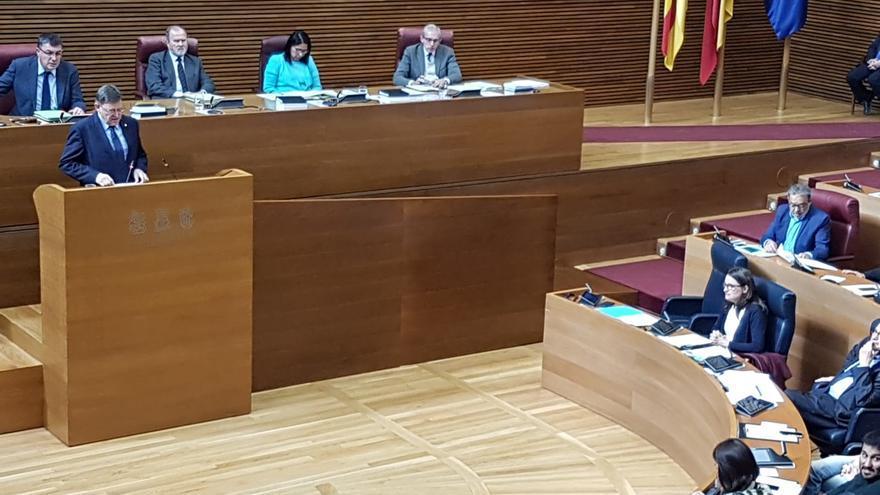 Ximo Puig en la tribuna y Mónica Oltra en su escaño durante la sesión de control en las Corts Valencianes.