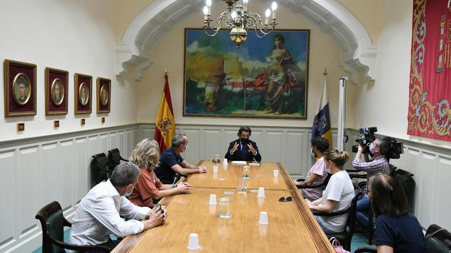 """El presidente del Parlamento de Canarias se reúne con pacientes de ELA para """"visibilizar"""" la enfermedad y pedir más investigación"""