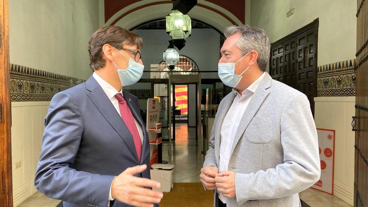 Juan Espadas conversa con Salvador Illa en la puerta de la sede del PSOE-A.