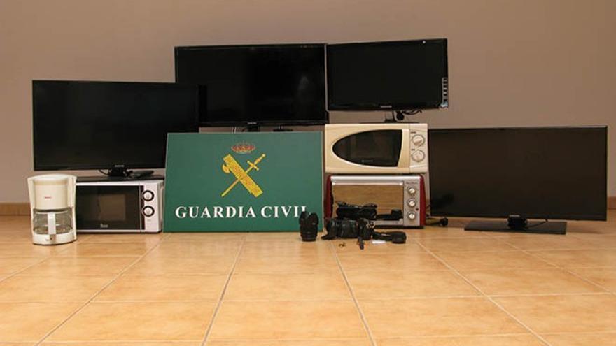 La Guardia Civil del Puesto Principal de Costa Teguise ha esclarecido una serie de robos contra el patrimonio cometidos en el municipio de Teguise .