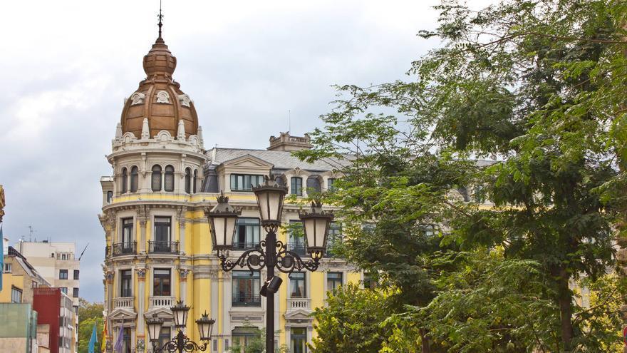 Edificio modernista frente a la Plaza Porlier, en Oviedo.