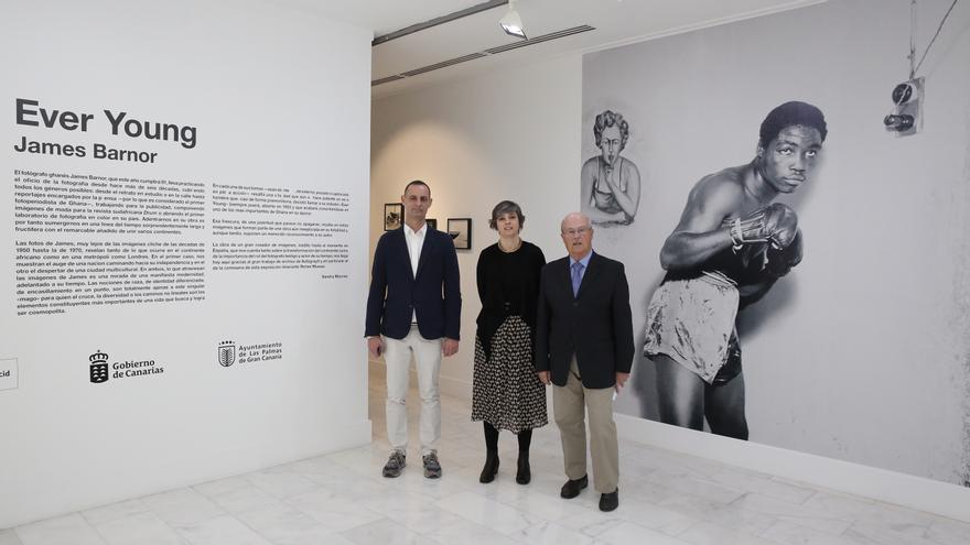 José Segura, director de Casa África, Juan Jaime Martínez, jefe del área de Cultura y Educación, y Sandra Maunac directora artística de la exposición 'Ever young', de James Barnor.
