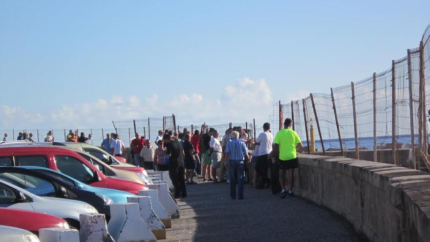 Numerosas personas han seguido, desde la Avenida Marítima, el inicio de la 'gran descarga' de arena en la futura playa.