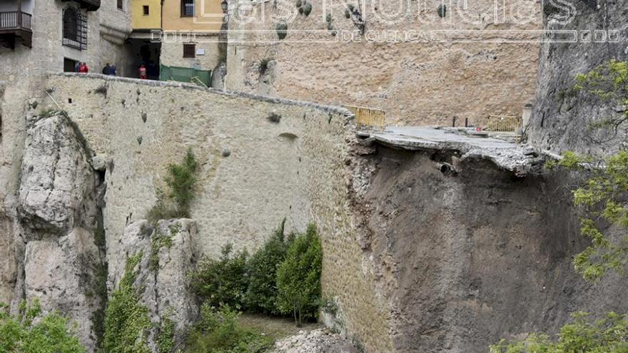Se hunde parte de una calle que da acceso a las Casas Colgadas de Cuenca, sin daños personales