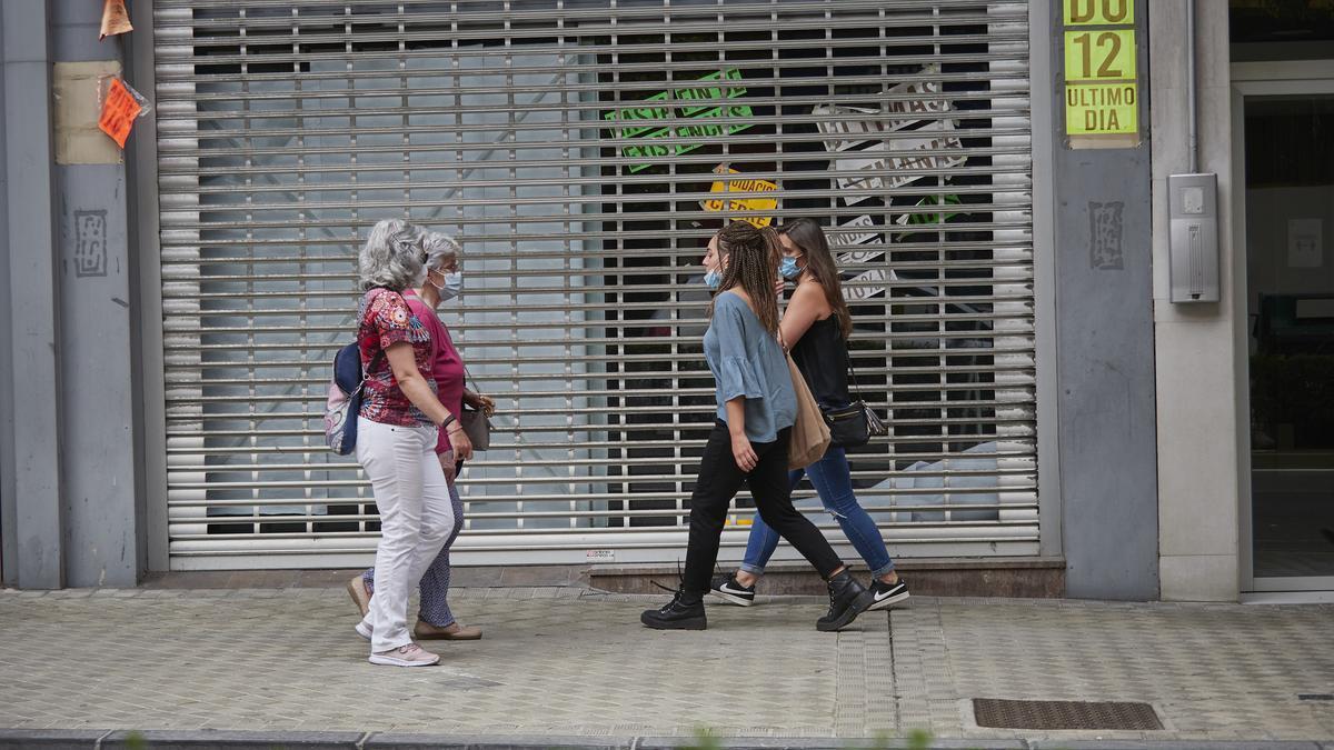 Personas con mascarilla en una céntrica calle de Pamplona, Navarra