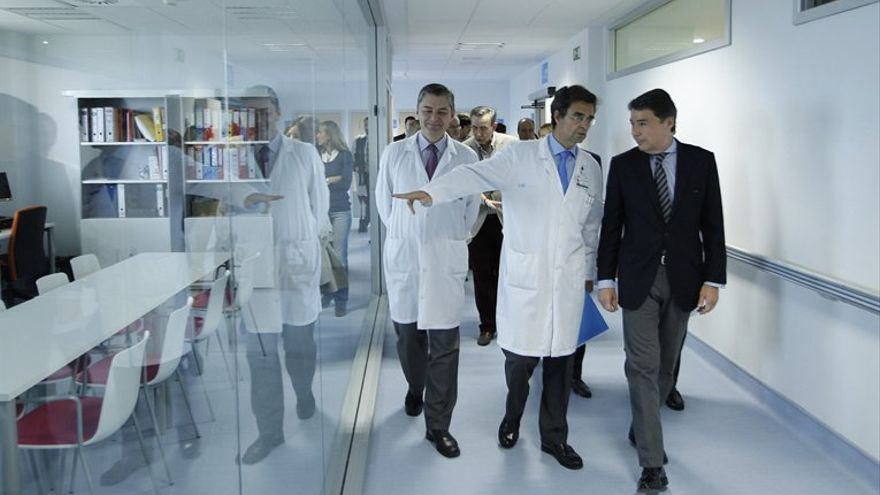El presidente madrileño, Ignacio González, con Javier Maldonado, ex gerente del hospital Ramón y Cajal y ahora viceconsejero de Asistencia Sanitaria.