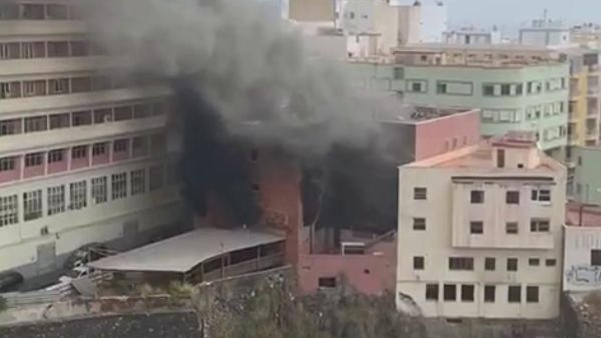 Incendio en un edificio ubicado en la calle Salamanca, en Santa Cruz de Tenerife.